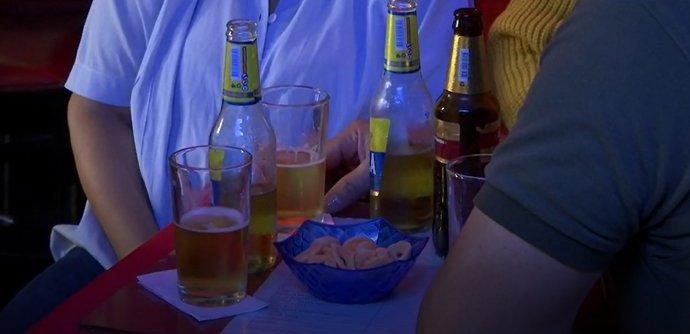 Con protocolos de bioseguridad y previa autorización, bares podrán volver a vender licor en las mesas