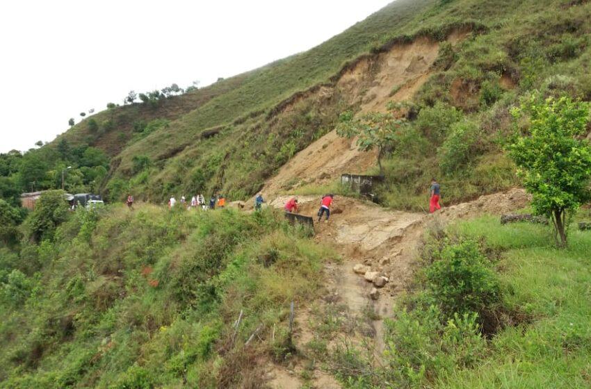 Deslizamiento de tierra sobre la vía, impide entrega de ayudas a San Luis
